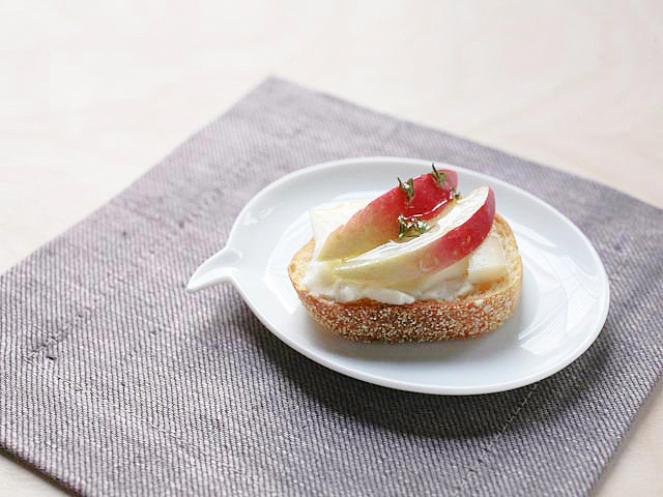 cooking-channel-taleggio-crostini-apple-thyme-honey-recipe_s4x3-jpg-rend-hgtvcom-1280-960